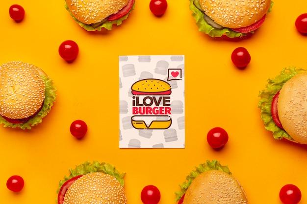 Arranjo de maquete de hambúrgueres e tomates