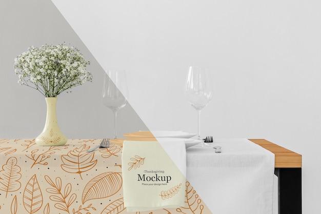 Arranjo de mesa de jantar de ação de graças com copos