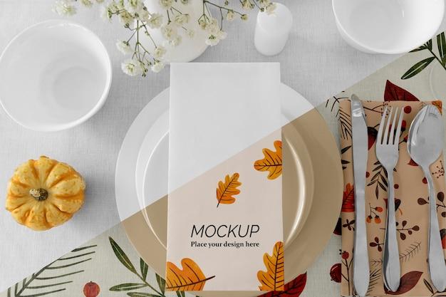 Arranjo de mesa de jantar de ação de graças com vaso de flores e pratos