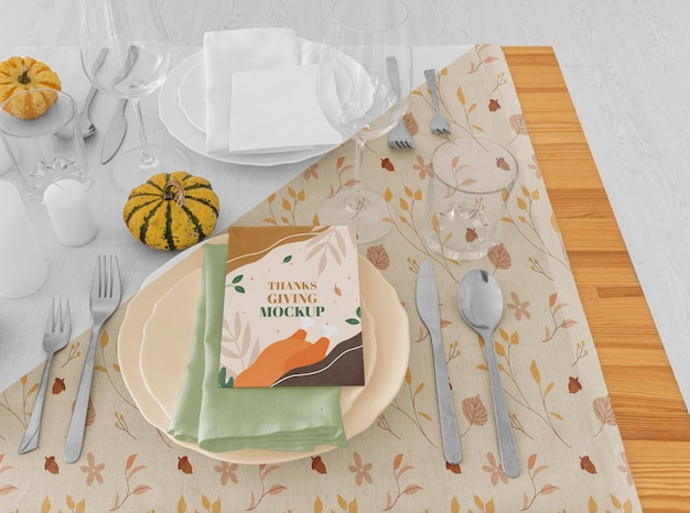 Arranjo de mesa de jantar de ação de graças de alto ângulo com pratos