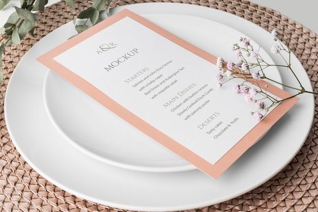 Arranjo de mesa em ângulo elevado com modelo de menu de primavera