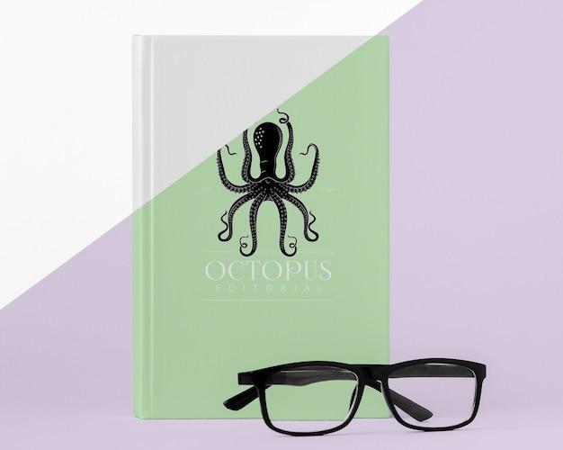 Arranjo de mock-up de capa de livro com óculos