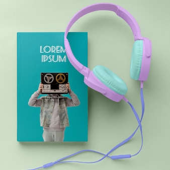 Arranjo de mock-up de capa de livro de música vista superior com fones de ouvido