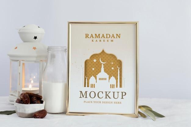 Arranjo de moldura de ramadã mock-up dentro de casa