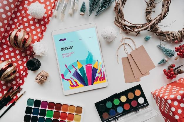 Arranjo de objetos de criatividade e um tablet mock-up