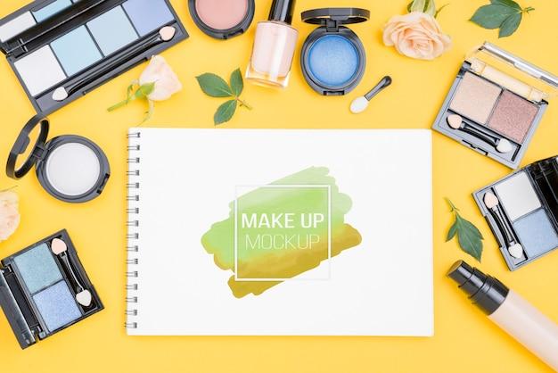 Arranjo de produtos de maquiagem acima da vista