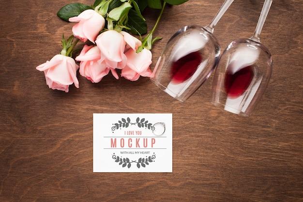 Arranjo de rosas e copos de vista superior
