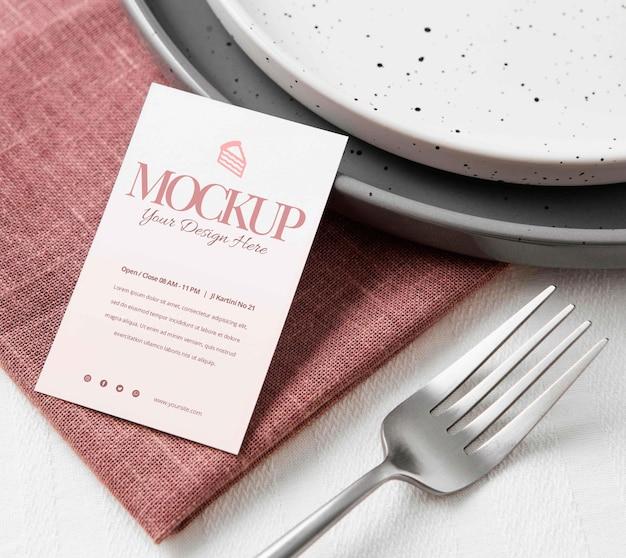 Arranjo de talheres com cartão mock-up