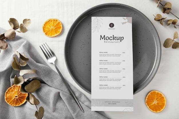 Arranjo de talheres com menu mock-up