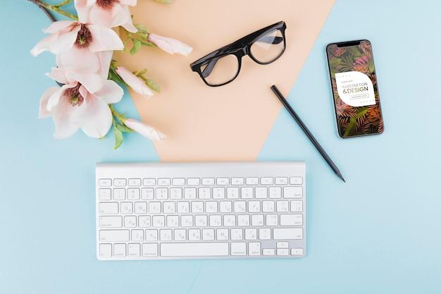 Arranjo de teclado e óculos de vista superior