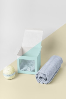 Arranjo de toalhas, caixa e bombas de banho