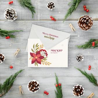 Arranjo de véspera de natal com cartão e envelope
