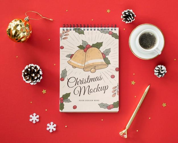 Arranjo de véspera de natal com mock-up de bloco de notas