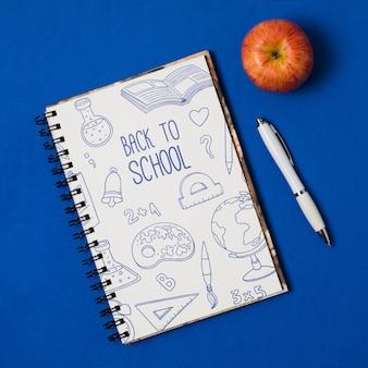 Arranjo de vista superior com caderno e caneta