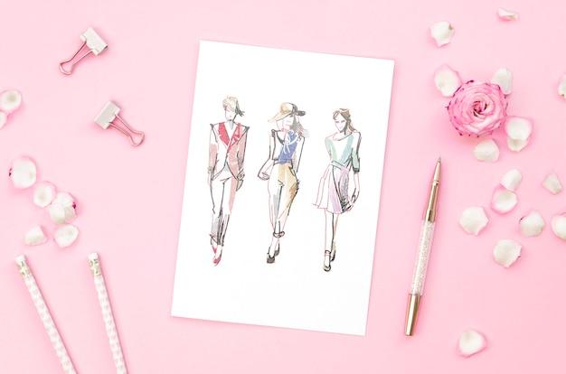 Arranjo de vista superior com maquete de cartão no fundo rosa