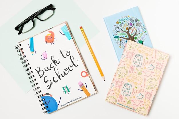 Arranjo de vista superior com óculos e cadernos