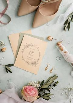 Arranjo de vista superior dos elementos do casamento com maquete de convite