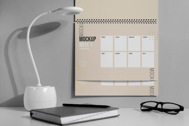 Arranjo do calendário de parede modelo dentro de casa