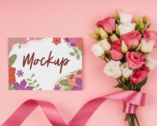 Arranjo floral com maquete de cartão