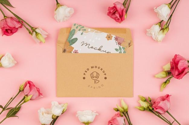 Arranjo floral com maquete de envelope
