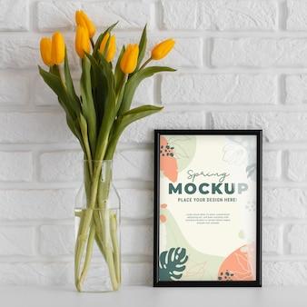 Arranjo floral com moldura mock-up