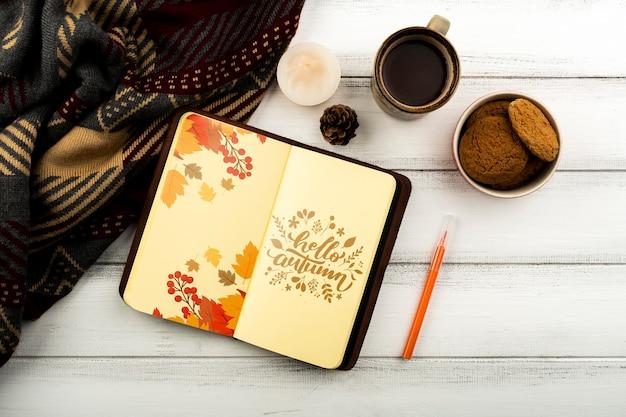 Arranjo liso leigo com cadernos e xícara de café