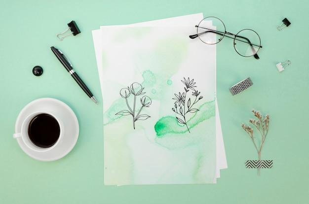 Arranjo liso leigo com maquete de cartão sobre fundo verde