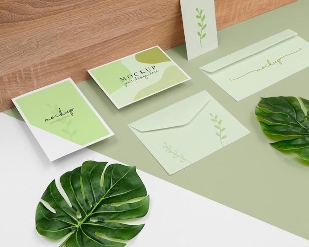 Arranjo mínimo de papelaria com folhas