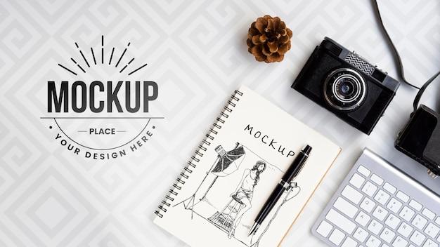 Arranjo plano de câmera e notebook