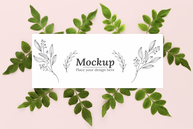 Arranjo plano de folhas verdes com maquete