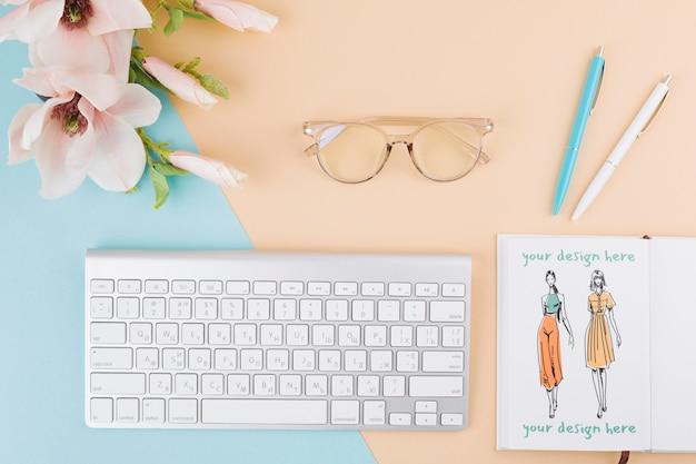 Arranjo plano de teclado e óculos Psd grátis