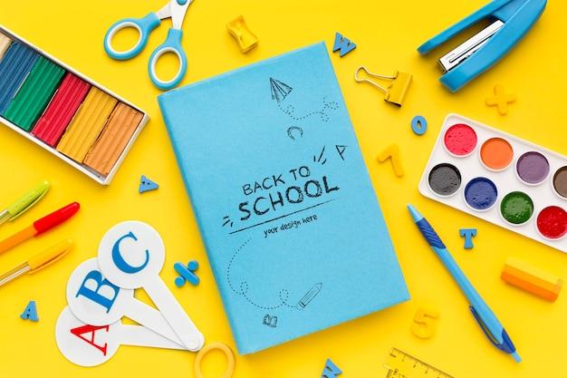 Arranjo plano leigo de material escolar