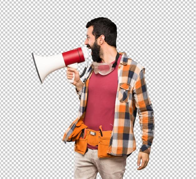 Artesãos homem gritando através de um megafone