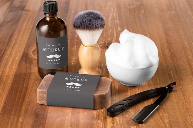 Artigos de barbearia de alto ângulo com sabonete e escova