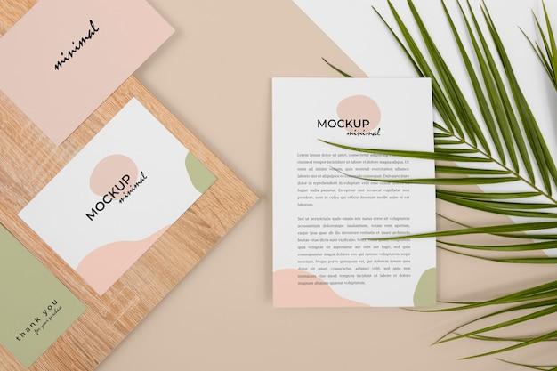 Artigos de papelaria com folhas e madeira acima da vista