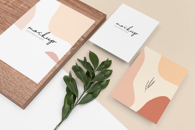 Artigos de papelaria de alto ângulo e variedade de madeira