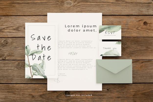 Artigos de papelaria de casamento com lindas folhas na mesa de madeira marrom