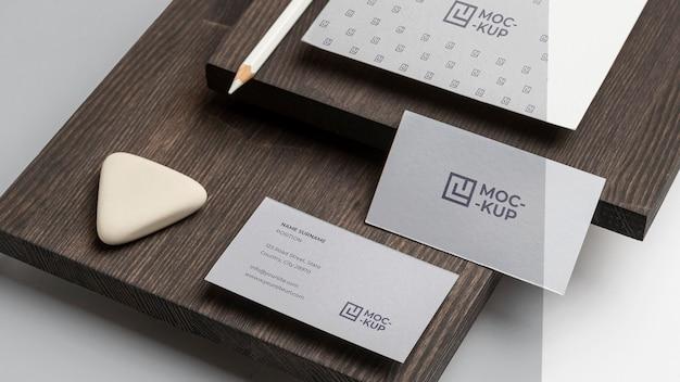 Artigos de papelaria de maquete de ângulo alto em composição de madeira