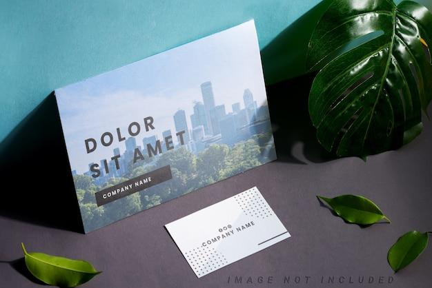 Artigos de papelaria em branco definir cartões de visita e folheto sobre fundo duotônico com folhas e sombras
