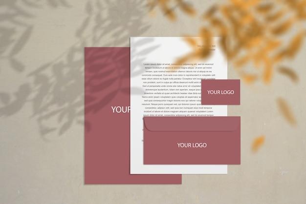 Artigos de papelaria maquete corporativa em branco definido no biege