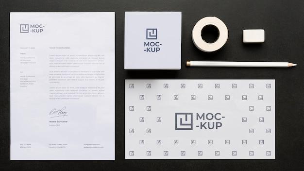 Artigos de papelaria mock-up em arranjo de madeira