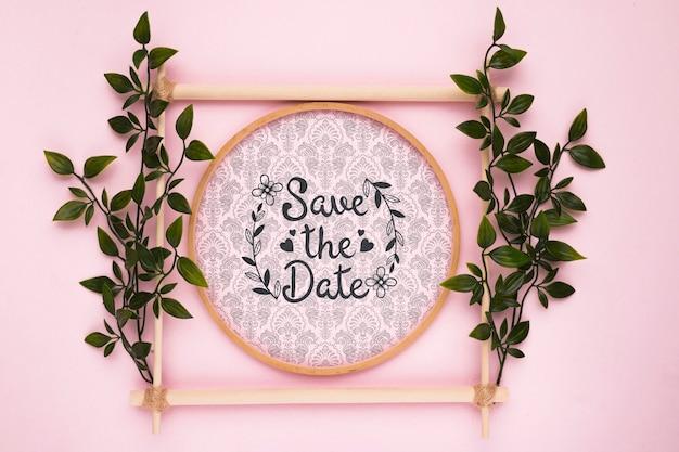 As folhas no fundo rosa salvar a maquete de data
