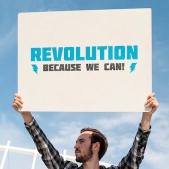 Ativista segurando modelo de placa