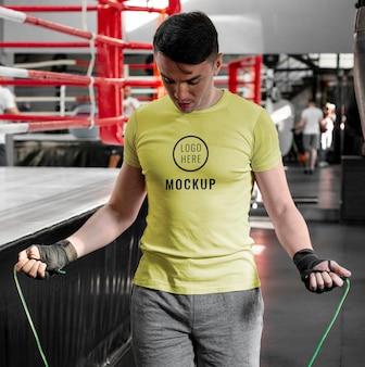 Atleta de boxe vestindo uma camiseta simulada