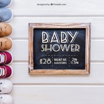 Baby maquete com sapatos à esquerda