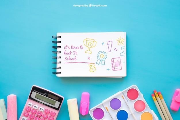Back to school maquete com bloco de notas e giz