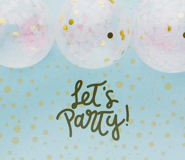 Balões coloridos com confetes e letras