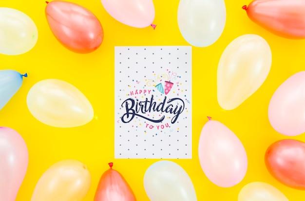 Balões de mock-up e cartão de aniversário