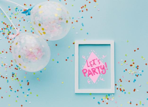 Balões de vista superior com confetes coloridos