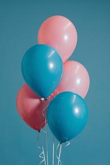 Balões rosa e azuis de bebê